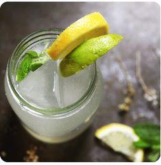 Simples , económico natural e saboroso! Faça o seu próprio Ginger Ale! O que precisa? 130 gr gengibre 135 gr de açúcar 500 ml de água 1 garrafa de gasosa sumo de 1 limão sumo de 1 lima folhas de me...