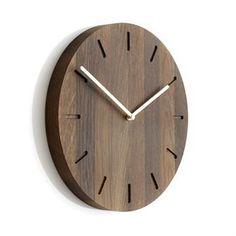 Watch:Out väggklocka ek från Applicata är designad av Anne Boysen. Den har en minimalistisk design i massiv ek med stilrena visare och är producerad i Danmark. Klockan blir en trevlig inredningsdetalj på väggen och hjälper dig att hålla koll på tiden. Välj mellan olika varianter och kombinera med andra träprodukter från Applicata.