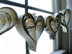 déco St Valentin en guirlandes de cœurs en journaux et partitions