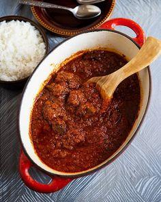 Ugnsbakad lax i krämig sås - ZEINAS KITCHEN Vindaloo, Love Food, Stew, Chili, Curry, Food And Drink, Lunch, Snacks, Dinner