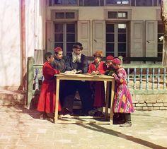 Des enfants juifs de Boukhara avec leur professeur en Ouzbékistan – 1911