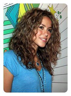 Resultado de imagen de cute hairstyles for curly brown hair, shakira Curly Hair Cuts, Long Curly Hair, Wavy Hair, Her Hair, Curly Hair Styles, Natural Hair Styles, Wavy Perm, Wavy Curls, Curly Short