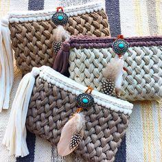 Beautiful t-shirt yarn crochet purses. Pinned by Brown n' Teal Bag Crochet, Crochet Clutch, Crochet Art, Crochet Handbags, Crochet Purses, Crochet Stitches, Crochet Patterns, Yarn Bag, Crochet Videos