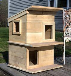Outside Cat Shelter, Feral Cat Shelter, Feral Cat House, Feral Cats, Animal Shelter, Wooden Cat House, Cat House Diy, House Dog, Wood Cat