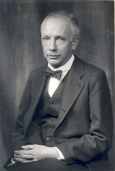 Richard Strauss (1864-1949) shone in tone poem and opera. He carried the Wagnerian opera and the Lisztian tone poem into the 20th century. He composed in a way like Schumann. His early works: a string quartet, a symphony,, a piano sonata a cello sonata, and a violin concerto (1882). Each new work shows an increasing mastery. His later best works are the first concerto for horn and an astonishing piano quartet. Later he turns fronm Schumann to Brahms with a.o. the symphony Aus Italien (1886).