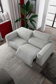 Natuzzi Editions Trionfo on ylellinen ja ihana mekanismisohva. Säädettävyytensä ansiosta sohvan ulkonäköä on helppo muuttaa mieleisekseen ja löytää aina sopiva asento. 🤗 Koskaan aiemmin ei ole ollut näin helppoa vaihtaa korkeaselkäistä sohvaa matalaselkäiseksi ja toisinpäin, vain nappia painamalla tai puhelimeen ladattavan aplikaation avulla!🤩 E Motion, Sofa, Couch, Relax, Furniture, Design, Home Decor, Settee, Settee