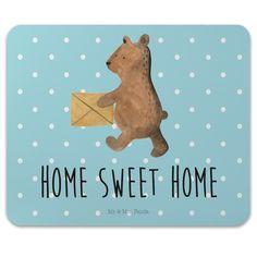 Mauspad Druck Bär Zuhause aus Naturkautschuk  black - Das Original von Mr. & Mrs. Panda.  Ein wunderschönes Mouse Pad der Marke Mr. & Mrs. Panda. Alle Motive werden liebevoll gestaltet und in unserer Manufaktur in Norddeutschland per Hand auf die Mouse Pads aufgebracht.    Über unser Motiv Bär Zuhause  Der Home Sweet Home Bär ist ein ganz besonders liebevolles und schönes Motiv aus der Beary Times Kollektion von Mr. & Mrs. Panda    Verwendete Materialien  ##MATERIALS_DESCRIPTION##    Über…