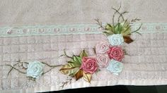 LOY HANDCRAFTS, TOWELS EMBROYDERED WITH SATIN RIBBON ROSES: TOALHA DE ROSTO COR DE ROSa
