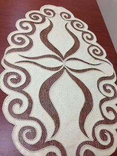 This Pin was discovered by ZaiReally nice table runner example it is easy to make and seems perfect. Paper Pieced Quilt Patterns, Applique Patterns, Crochet Crafts, Felt Crafts, Handmade Crafts, Diy And Crafts, Burlap Table Runners, Color Rosa, Beading Projects
