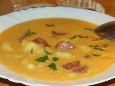 Očistené zemiaky pokrájame na kocky a dáme variť spolu s celou cibuľou a bobkovým listom, mierne osolíme (príp aj Maggi kocka bujónu...)Keď sú... Cheeseburger Chowder, Thai Red Curry, Soup, Ethnic Recipes, Soups