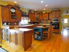 Beautiful kitchen - This 4 BR, 2.5 Bath home lets you enjoy the winter months by the cozy FP & in the summer relax on the back patio while the kids enjoy the 1+ acre lot. Open floor plan, custom kitchen, HW floors, 9ft ceilings. Home is located in Richland PA and is available for purchase.