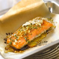 Salmon in papillote - Christelle - - Saumon en papillote Discover the salmon recipe in foil on cuisineactuelle. Healthy Meals For Two, Easy Healthy Breakfast, Healthy Recipes, Oven Baked Salmon, Salmon Dishes, 20 Min, Fish And Seafood, Fish Recipes, Cooking Time