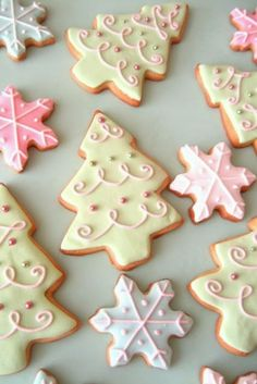 Pretty Christmas Cookies by Glorious Treats - Galletas Navidad Cute Christmas Cookies, Christmas Sweets, Christmas Cooking, Noel Christmas, Christmas Goodies, Holiday Cookies, Holiday Treats, Snowflake Cookies, Pink Christmas