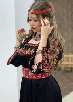 Outstanding womens fashion are available on our internet site. Read more and you wont be sorry you did. Garba Dress, Caftan Dress, Hijab Fashion, Fashion Dresses, Fashion Heels, Fashion Beauty, Country Look, Arabic Dress, Afghan Dresses