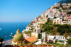 El sur de Italia es un lugar que se define solo y que nos hace soñar con sus colores, su romanticismo y su carisma cada vez que nuestra mente fantasea. Aunque toda la zona de Nápoles, Sorrento y Salerno merecen una extensa visita, te proponemos los 5 pueblos de la Costa Amalfitana que no te puedes perder.