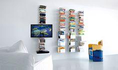 """Libreria a parete dallo stile essenziale e minimal, con sezione porta-tv in in alluminio bianco (cod. finitura C12). L'altezza della libreria è 90 cm, ma è disponibile una riduzione a misura. I ripiani con forma """"C/U"""", il supporto monitor orientabile, il ripiano porta-dvd e il tavolino porta notebook sono liberamente posizionabili sul profilo verticale. In …"""