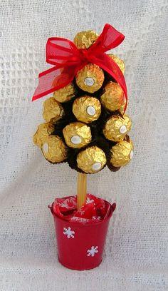 arreglos con chocolates ferrero12 Chocolate Tree, Chocolate Bouquet, Christmas Chocolate, Christmas Candy, Christmas Treats, Holiday, Homemade Christmas, Diy Christmas Gifts, Christmas Decorations