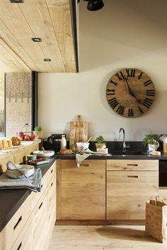 00444976. Cocina de madera tipo industrial con una barra para separar ambientes_00444976