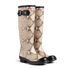 These NEW Hunter Original Carnaby Snake Wellington Boots are bang on trend with killer queen looks. The carnaby Snake style has a unique raised reptile texture to the rubber giving a subtle yet authentic finish. It will glide through the hippest ci Hunter Wellington Boots, Snake Boots, Country Attire, Hunter Rain Boots, Bean Boots, Shoe Bag, My Style, Shoes, Hunter Original