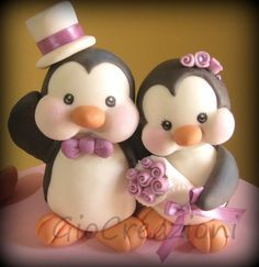 Cake topper - this is too adorable! Penguin Cake Toppers, Penguin Cakes, Fondant Toppers, Fondant Animals, Clay Animals, Fondant Figures, Love Cake Topper, Polymer Clay Christmas, Cute Clay