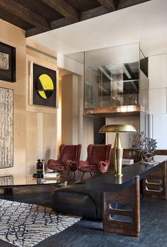 Derrière les murs cossus d'un immeuble du XIXe milanais, Vincenzo De Cotiis a aménagé un appartement chaleureux composé dans un camaïeu de bruns et de terre. Principalement meublée par des créations de Vincenzo De Cotiis (Progetto Domestico), la pièce accueille également deux fauteuils de Marco Zanuso, un tapis berbère et une sculpture non signée des années 1950.