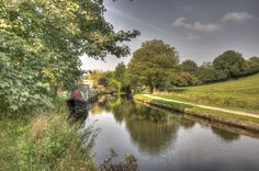 Leeds - Liverpool canal between the aqueduct and the cross-over bridge