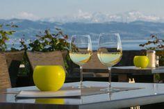 Der kleine Ort Langenargen am Bodensee bietet viele Sehenswürdigkeiten. Zu Fuß am Ufer und durch die Gässlein schlendernd entdeckt man Kunst sowie Prägende Gebäude, wie das Schloss Montfort oder der Münzhof. Das seevital Hotel Schiff bietet die Gelegenheit für eine schöne Unterkunft und liegt direkt am Ufer des Bodensees in Langenargen. Die Sonnenterasse lädt ein sich von den aufblitzenden Sonnenstrahlen, die sich im Wasser spiegeln, und den Schweizer Alpen blenden zu lassen.
