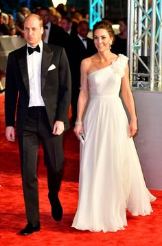 The Duchess of Cambridge Kate Middleton arrived at the 2019 BAFTAs clad in an Alexander McQueen creation. The beautiful Duchess was an e. Kate Middleton Stil, Estilo Kate Middleton, Kate Middleton Prince William, Kate Middleton Wedding Dress, Princesa Real, Princesa Diana, Cow Girl, Bafta Red Carpet, Alexander Mcqueen Dresses