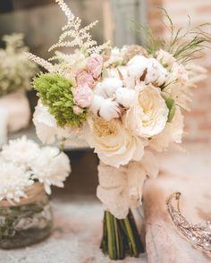 Ramo de novia romántico en tonos empolvados de Masshiro #ramodenovia #bridalbouquet #tendenciasdebodas