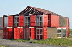 Cette maison de la banlieue de Lille a été dessinée par l'architecte français Patrick Partouche en 2010, c'est une maison contemporaine de deux étages ...