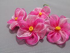 Kurdele oyaları Pembe menekşe çiçeği