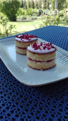 Verdens bedste lagkagesnitte med hindbærsyltetøj!   Det her er en af min absolutte ynglings kager, den er så enkel og alligevel smager den bare helt fantastisk! Her er hvad du skal bruge: en form i ca. str. 38x28cm 4 æg 325 g. sukker 125 g. margarine 2 tsk. vaniljesukker 350 g. hve....
