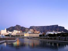 A city alive with creativity, colour, sounds and tastes, Cape Town sure shows off some spectacular views! From perfectly plated foods, table mountain and ongoing vineyards to trendy cafes, nature trails and local markets, this city sure pulls out all the stops when it comes to those perfect photo moments. #Travel #CapeTown