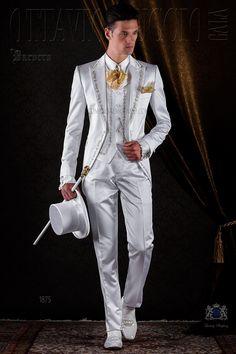 Traje de época barroco blanco de raso con bordado oro. Traje de novio 1875 Colección Barroco Ottavio Nuccio Gala.