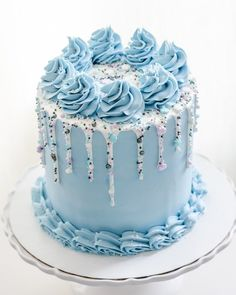 7 Creative Wedding and Occasion Cake Ideas. Fantastic blue birthday cake and it can also double as a simple engagement cake. Blue Birthday Cakes, Candy Birthday Cakes, Beautiful Birthday Cakes, Simple Birthday Cakes, Cake Decorating Videos, Birthday Cake Decorating, Cake Decorating Techniques, Birthday Cake Designs, Pretty Cakes
