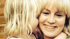 Americká učitelka Rosie Dutton ukázala dětem pomocí dvou jablek, jak mohou nadávky a slovní šikana ubližovat stejně jako fyzické týrání. Jedno jablko totiž před hodinou tajně několikrát upustila na zem, ovšem tak, aby se neporušilo zvenku. Jablku pak společně s dětmi nadávala, o to druhé se hezky…