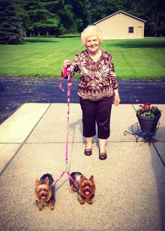 """GENIUS! File this under the """"Why Didn't I Think of That?"""" category... this lady is using a Thirty-One Perfect Pet Leash attached to two matching Hang It Up Key Fobs. Such a great idea! #thirtyone #dachshunds #yorkies"""