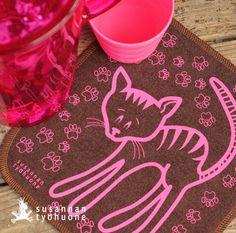 Lempiriepu. Bambutiskirätti kissaprintillä. Cleaning cloth of bamboo. http://puoti.susannantyohuone.net/category/23/lempiriepu---bambutiskiratit
