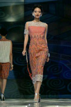From the Romansa Gala collection of Didiet Maulana's IKAT Indonesia label Model Dress Batik, Batik Dress, Silk Dress, Batik Fashion, Ethnic Fashion, African Fashion, Batik Kebaya, Kebaya Dress, Traditional Fashion