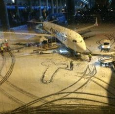 """""""RYANAIR RESPONDS BRILLIANTLY AFTER EMPLOYEES CREATE SNOW DICK ON TARMAC"""""""