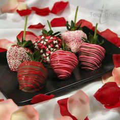These chocolate covered strawberries look absolutely delicious. They are very easy to make and serve. You can add sprinkles or swirls onto the chocolate. These make a delicious treat for you and your. Valentines Day Chocolates, Valentines Day Treats, Holiday Treats, Holiday Recipes, Valentines Day Dinner, Chocolate Covered Strawberries, Chocolate Dipped, Pink Chocolate, Valentine Chocolate