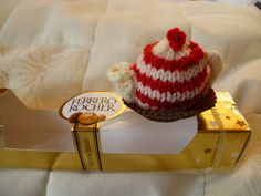 Ideal for making a little gift extra special, these are knitted covers for Ferrero Rocher chocolates – or any other similarly sized wrapped confection! They include designs specially for Chri… Frugal Christmas, Christmas Cover, Homemade Christmas Gifts, Christmas Crafts, Christmas Ornaments, Christmas Knitting Patterns, Knitting Patterns Free, Free Knitting, Crochet Gifts