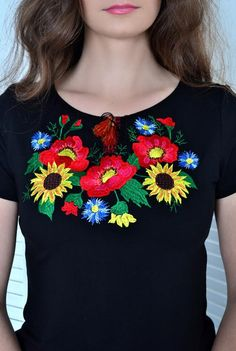 Vyshivanka Ukrainian women's ethnic t-shirt. Juicy T-shirt with embroidered sunflowers. Hand Embroidery Projects, Hand Embroidery Dress, Embroidery On Clothes, Embroidered Clothes, Embroidery Applique, Embroidery Stitches, Mexican Outfit, Mexican Dresses, Kurta Neck Design