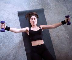Kurzhantel Flyes stärken die Brustmuskeln.
