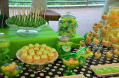Cupcakes, cake pops et bonbons verts - Sweet table multicolore par Studio Candy chez Bel