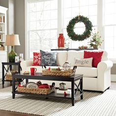 A white Christmas in a snow coat is a big boost to holiday magic! The choice of white for Christmas decorations also allows a result of the most chic, without fault of taste possible! Christmas Living Rooms, Christmas Room, Noel Christmas, Christmas Balls, All Things Christmas, Christmas Crafts, Christmas Ideas, Vintage Christmas, Christmas Fireplace