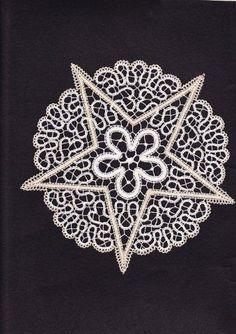 Galleria lavori - Tombolo e altro Bruges, Bobbin Lace Patterns, Crochet Patterns, Ivy Tattoo, Romanian Lace, Point Lace, Needle Lace, Cutwork, Crochet Crafts