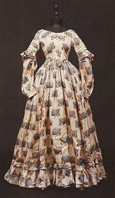 1830 extant gown, tucks on sleeve