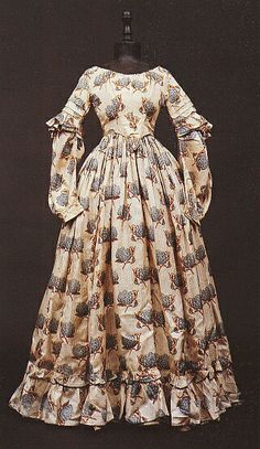 1830 extant gown, tucks on sleeve.