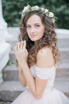 Natural curly hair for brides and flower crown | Anastasia Vlasova | see more on: http://burnettsboards.com/2016/01/brides-morning-garden/
